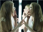 Cơn điên rồ mới trên mạng: Khỏa thân tự sướng che chỗ kín bằng một ngón tay
