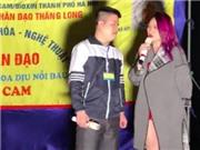 Mỹ Tâm hát cùng cậu bé khuyết tật bên đường trong đêm Giáng sinh