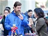 Khách nước ngoài hào hứng với Hội chợ độc đáo của thanh niên TTXVN