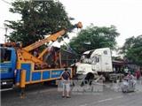 Cần Thơ: Xe container mất lái leo lên thành cầu