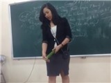 Cộng đồng mạng xôn xao clip cô giáo dạy học sinh dùng bao cao su