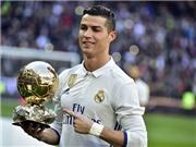 Ronaldo rạng rỡ khoe Quả bóng Vàng 2016 bên cạnh các huyền thoại Real Madrid