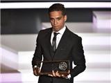 Cầu thủ Malaysia bẽn lẽn bên cạnh các siêu sao khi nhận giải Bàn thắng đẹp nhất năm