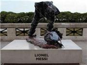Tượng Messi bị phá hủy trong ngày Ronaldo nhận giải Cầu thủ xuất sắc nhất thế giới