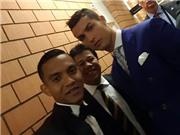 Sao Malaysia đứng chờ Ronaldo chỉ để xin được... 'tự sướng'
