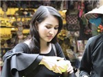 VIDEO: Hoa hậu Sương Đặng vai trần gợi cảm đi chợ mua... mắn tép