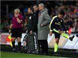 Sanchez ngán ngẩm, không bắt tay Wenger, đá tung găng tay khi phải rời sân