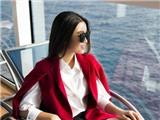 Hoa Hậu Đỗ Mỹ Linh tuyệt xinh ngồi đón nắng rực rỡ trên du thuyền