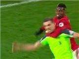 Pogba ăn no 'gạch đá' sau khi 'tung đòn vật' với Henderson