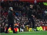 Mourinho khen Liverpool phòng ngự hay. Klopp chê Man United dùng nhiều bóng dài