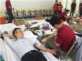 Ca sĩ Hoàng Bách hiến máu, rủ con trai Tê Giác cùng dự