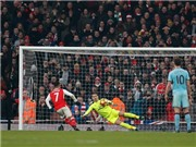Tổ trọng tài mắc sai lầm, Arsenal thắng nhờ quả penalty tranh cãi