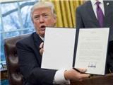 Ông Trump chính thức ký sắc lệnh rút khỏi Hiệp định TPP, John McCain phản đối