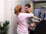 Federer ôm hôn vợ thắm thiết sau khi giành Grand Slam thứ 18