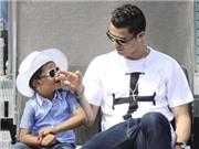 Cristiano Ronaldo đeo mặt nạ kinh dị đưa con đi học