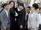 Angelina Jolie rực rỡ cùng 5 con buổi khởi chiếu phim diệt chủng ở Campuchia
