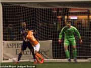 David Villa đánh người, trọng tài phải tạm dừng gần 4 phút để rút thẻ đỏ