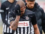 SỐC: Một cầu thủ bật khóc ngay trên sân vì bị phân biệt chủng tộc