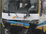 VIDEO: Bị xe tải tông, xe buýt 'bơi' kênh
