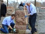Phó Tổng thống Mỹ dọn dẹp nghĩa trang Do thái bị phá