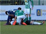 CẢM ĐỘNG: Cầu thủ Togo nhanh trí cứu đối phương thoát chết ngay trên sân
