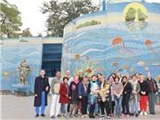 Họa sỹ Nguyễn Thu Thủy 'khoe' nhà Gương gắn gốm với bạn bè quốc tế